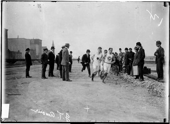 Runners and spectators in 1907 marathon